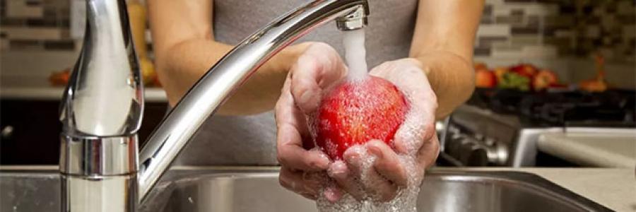 自来水不能直接喝,水果不能直接吃,为何用自来水洗过就能吃?原因找到了!
